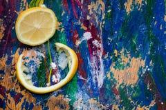 Zitronenteile auf einem bunten Hintergrund Stockbilder
