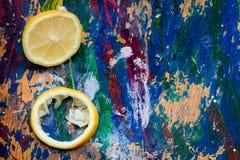 Zitronenteile auf einem bunten Hintergrund Stockfotos