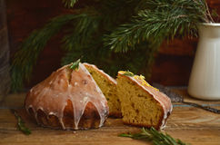 Zitronentorte mit Rosmarin- und Kalkzuckerglasur Lizenzfreies Stockfoto
