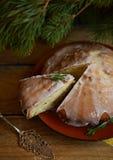 Zitronentorte mit Rosmarin- und Kalkzuckerglasur Lizenzfreies Stockbild