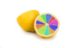 Zitroneparty mit den Farben des Regenbogens Stockfotos