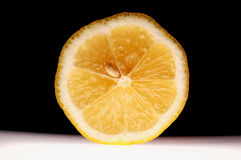 Zitronescheibe auf schwarzem Hintergrund Stockbild