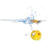 Zitronescheibe im Wasser stockbild