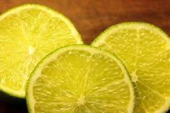 Zitronescheibe, Kalk Stockbild