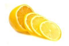 Zitronescheiben und Zitrone auf Weiß stockbilder