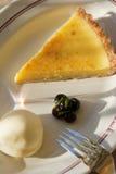 Zitronetörtchen mit Macadamiamutterenkruste Stockbilder