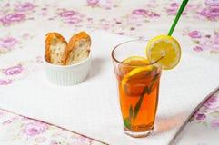 Zitronetee mit Brot Stockbild