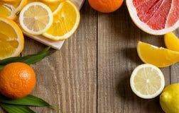 Zitrusfrüchte auf dem Holztisch Stockbilder