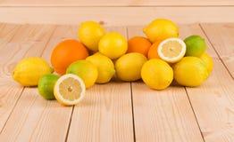 Zitrusfrüchte auf hölzernem Hintergrund Lizenzfreie Stockfotografie