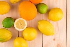 Zitrusfrüchte auf hölzernem Hintergrund Lizenzfreie Stockfotos