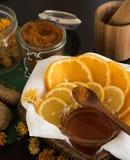 Zitrusfrüchte, Honig, Gewürze und Mörser Stockfoto