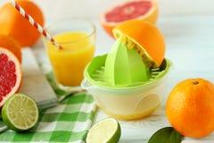 Zitrusfrüchte mit Juicer Lizenzfreie Stockfotos