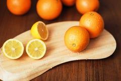 Zitrusfrucht auf dem Brett Stockbild