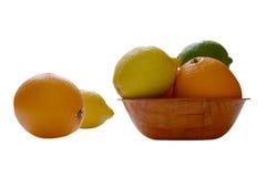 Zitrusfrucht auf der Platte stockfotografie