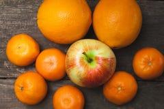 Zitrusfrucht auf hölzernem Hintergrund Lizenzfreies Stockfoto