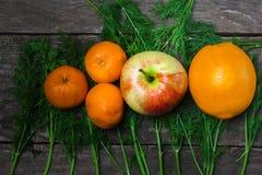 Zitrusfrucht auf hölzernem Hintergrund stockfoto