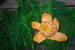 Zitrusfrucht auf hölzernem Hintergrund stockfotos