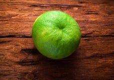 Zitrusfrucht auf hölzernem Hintergrund Lizenzfreie Stockfotos