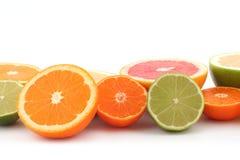 Zitrusfrucht auf weißem Hintergrund Stockfoto