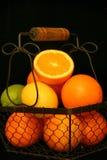 Zitrusfrucht über Schwarzem Stockfotos