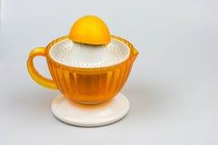 Zitrusfrucht Juicer auf einem weißen Hintergrund Stockbild