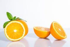 Zitrusfrucht mit tadellosen Blättern Stockfoto