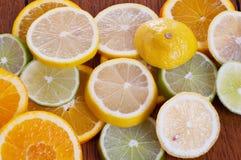 Zitrusfrucht-Scheiben auf Tabelle Lizenzfreie Stockfotografie