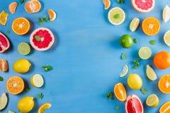 Zitrusfruchtmuster auf Blau stockfotos