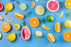 Zitrusfruchtmuster auf Blau lizenzfreie stockfotografie