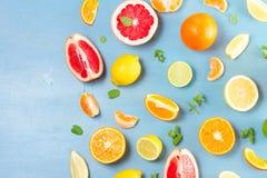 Zitrusfruchtmuster auf Blau stockfotografie