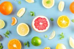 Zitrusfruchtmuster auf Blau lizenzfreies stockbild