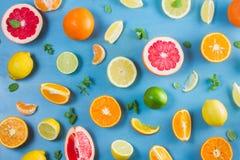 Zitrusfruchtmuster auf Blau lizenzfreie stockfotos