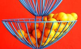 Zitrusfruchtorangen im blauen Drahtkorb lizenzfreie stockfotografie