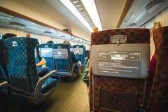 Zittend binnen een moderne trein, Shinkansen, die langs spoorweg reizen Stock Afbeeldingen
