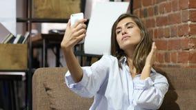 Zittend Mooi Mooi Meisje die Selfie met Smartphone nemen stock videobeelden