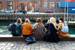 Zittend op de dokken in Nyhavn, Kopenhagen Royalty-vrije Stock Foto's