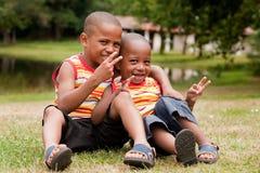 Zittende Afrikaanse kinderen Royalty-vrije Stock Afbeeldingen