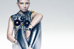 Zittende cyborg vrouw in kostuum royalty-vrije stock foto