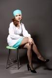 Zittende jonge arts met endoscoop royalty-vrije stock afbeelding