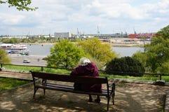 Zittende oude vrouw Royalty-vrije Stock Afbeelding