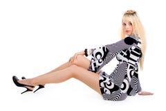 Zittende verleidelijke blonde vrouw Stock Foto's