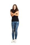 Zitternde oder zitternde junge Frau, die sich umarmt, um sich zu wärmen Lizenzfreie Stockbilder
