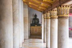 Zitting Boedha bij de tempel van Bangkok Royalty-vrije Stock Afbeeldingen