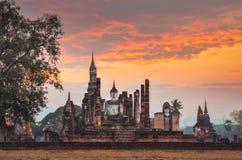 Zitting Budha bij zonsondergang in Wat Mahathat, Sukhothai, Thailand Stock Afbeelding