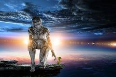 Zitting van de Cyborg de zilveren vrouw op ??n knie en het glimlachen royalty-vrije stock afbeeldingen