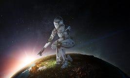 Zitting van de Cyborg de zilveren vrouw op ??n knie en het glimlachen stock fotografie