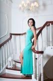 Zitting van de vrouwen inlong de blauwe kleding als voorzitter Stock Foto's