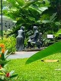 Zittingsontwerpen in beauitful groene tuin royalty-vrije stock foto