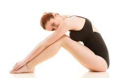 Zittingsvrouw in ondergoed die vlotte benen tonen Stock Foto