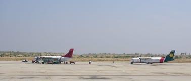 Zivilflugzeuge, die an internationalem Flughafen Mandalays parken Stockbild